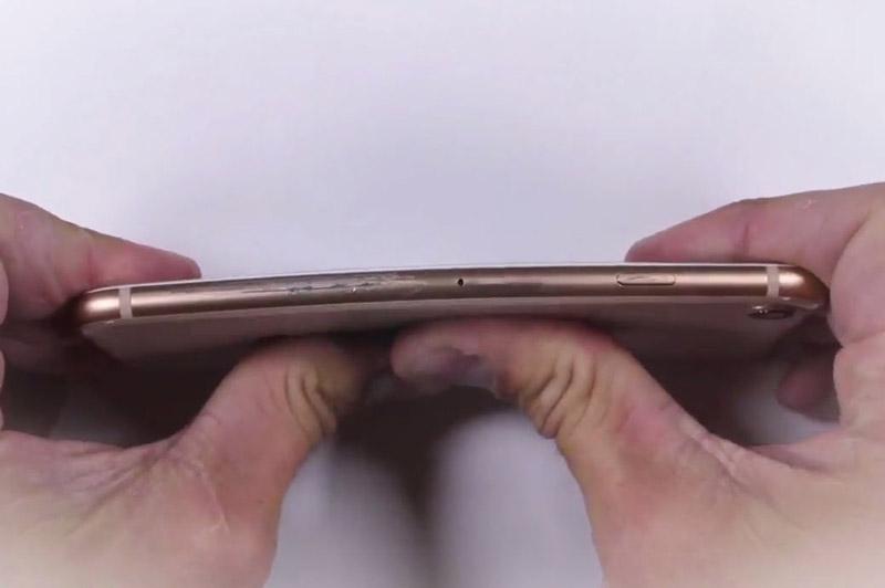 Bất ngờ với độ bền của iPhone 8. Trải qua nhiều bài test khác nhau, ngoại hình của iPhone 8 chỉ bị trầy xước và máy vẫn có thể hoạt động bình thường. (CHI TIẾT)