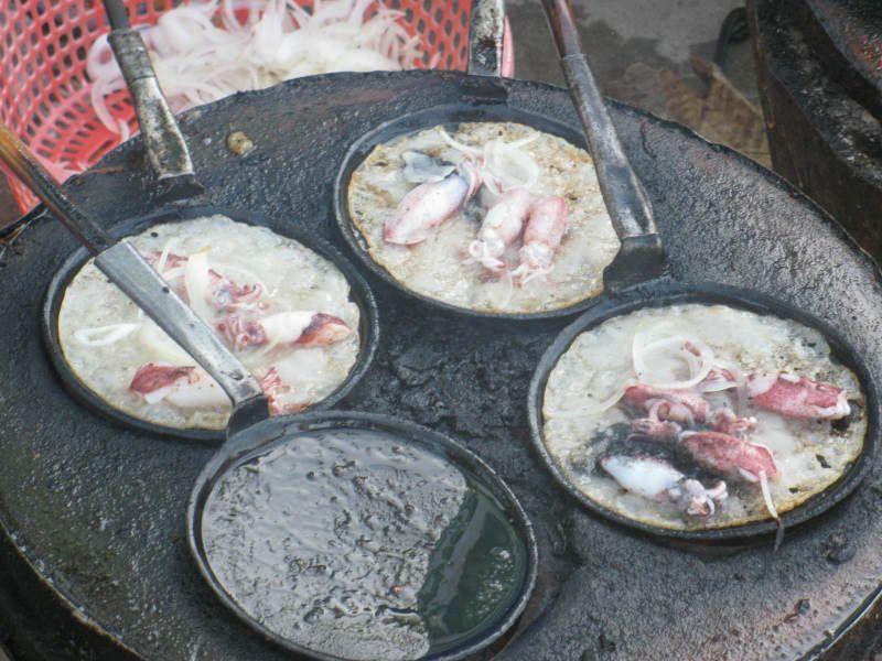 Bánh xèo mực - đặc sản ngon mà lạ của thành phố biển Nha Trang. Bánh xèo mực là món ăn nổi tiếng ở thành phố biển Nha Trang, Khánh Hòa bởi hương vị độc đáo và khác biệt với những nơi khác. Món bánh này hấp dẫn nhiều du khách thưởng thức khi tới đây tham quan. (CHI TIẾT)
