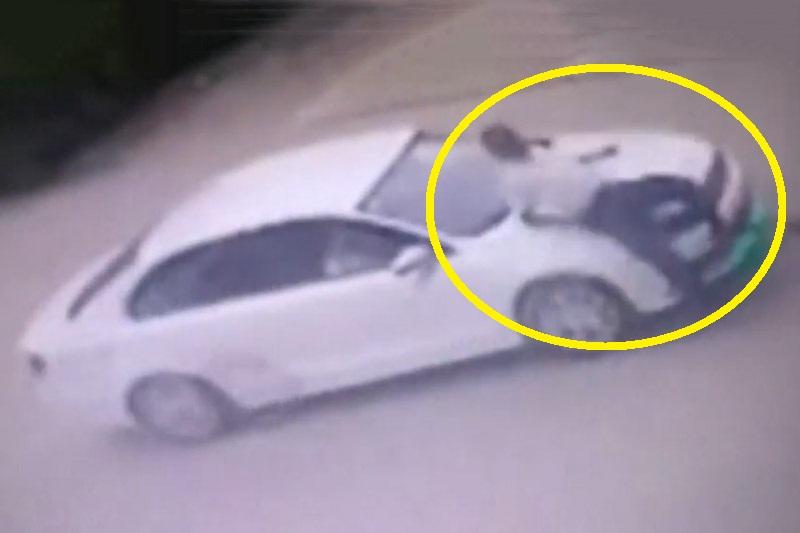 Người đàn ông bị xe hơi tông.