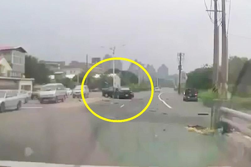 Xe Mazda 3 gây tai nạn kinh hoàng vì tài xế vượt ẩu. Do tài xế phóng nhanh, vượt ẩu nên chiếc Mazda 3 đã gây tai nạn giao thông nghiêm trọng cho xe Mercedes E270. (CHI TIẾT)