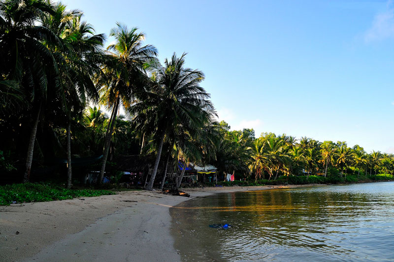 Cư dân địa phương sống chủ yếu bằng ngư nghiệp (đánh bắt hải sản) và dịch vụ. Ảnh: Diem Dang Dung.