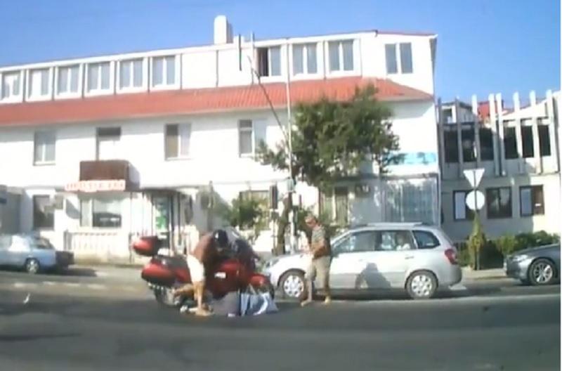 Môtô phân khối lớn gây tai nạn thương tâm cho 2 bà cháu. Chiếc môtô phân khối lớn đâm thẳng vào hai bà cháu đang đi trên phần đường dành cho người đi bộ. (CHI TIẾT)