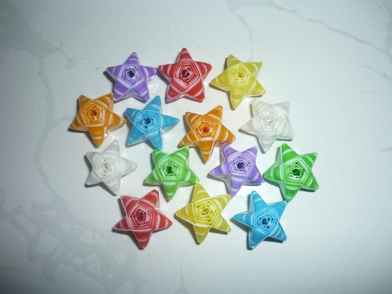 Những ngôi sao xinh xắn được xếp từ ống hút. Ảnh minh họa.