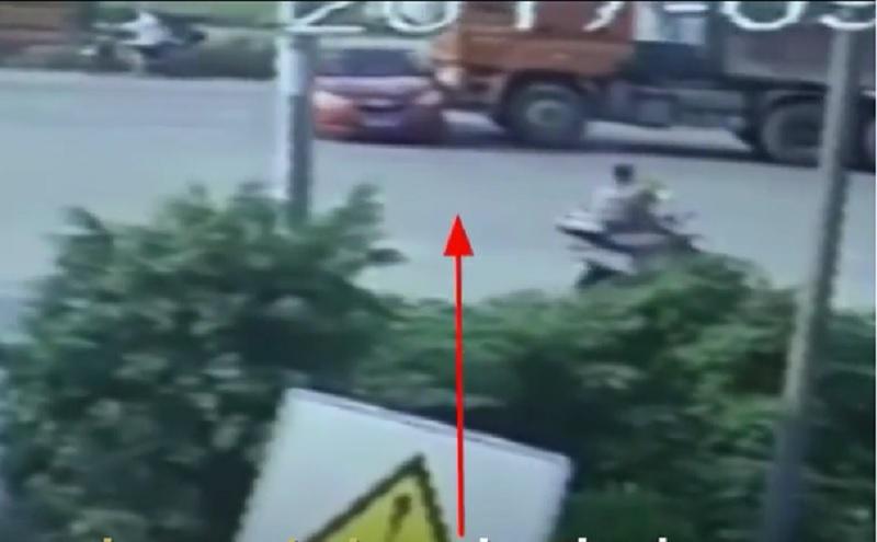 Cắt ngang đầu xe tải, ôtô bị kéo lê trên đường. Rẽ trái ngay trước đầu xe tải, ôtô bị kéo lê trên một đoạn đường dài. Vì bị khuất tầm nhìn nên tài xế xe tải không hề hay biết. (CHI TIẾT)