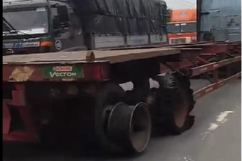 """Xe container nổ lốp vẫn chạy """"băng băng"""" trên đường. Chiếc xe container đang lưu thông trên đường thì dàn lốp phía đuôi đã nổ sạch lộ mâm mà xe này vẫn chạy. (CHI TIẾT)"""