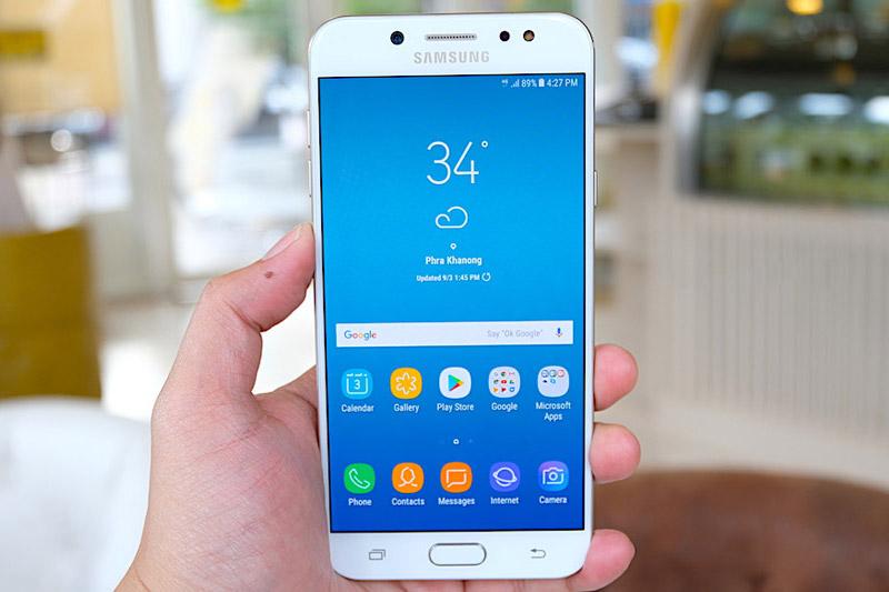 Samsung Galaxy J7 Plus được trang bị màn hình Super AMOLED kích thước 5,5 inch, độ phân giải Full HD (1.920x1.080 pixel), mật độ điểm ảnh 401 ppi. Màn hình này được bảo vệ bởi kính cường lực vát cong 2,5D, tích hợp tính năng Always-On.