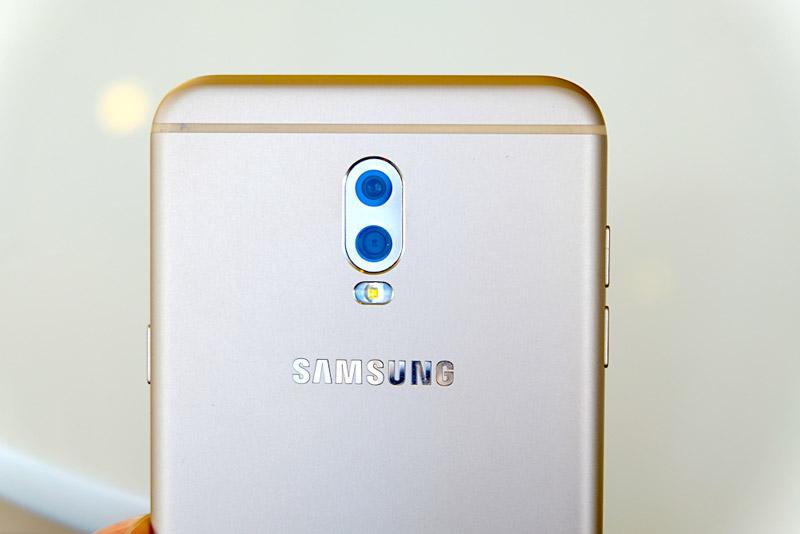 Điểm nhấn đáng chú ý của Samsung Galaxy J7 Plus là nó được trang bị 2 camera ở mặt lưng với độ phân giải 13 MP, khẩu độ f/1.7 và 5 MP, khẩu độ f/1.9. Bộ đôi máy ảnh này có flash LED trợ sáng, hỗ trợ chụp ảnh xoá phông, lấy nét tự động, nhận diện khuôn mặt.