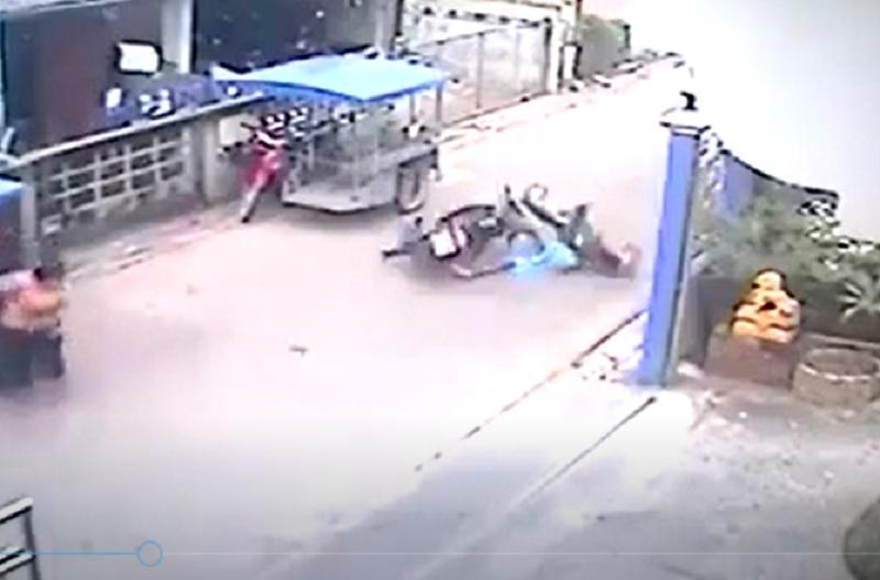 Phóng tốc độ, xe máy gây tai nạn thương tâm cho bé gái. Một bé gái đang sang đường thì bị xe máy chạy với tốc độ cao, tông cực mạnh, trượt dài trên đường. (CHI TIẾT)