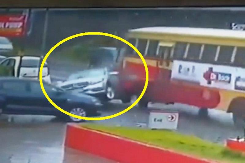 Xe Mercedes-Benz bị xe buýt tông nát phần đuôi. Khi đang rẽ phải, chiếc Mercedes-Benz (không rõ model) đã bị xe buýt tông nát phần đuôi. Rất may là tài xế không bị thương nặng. (CHI TIẾT)