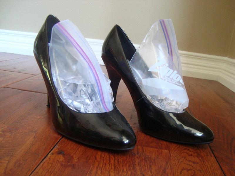 Đôi giày chật thường khiến người đi khó chịu và lâu ngày dẫn tới các bệnh về khớp. Ảnh minh họa.