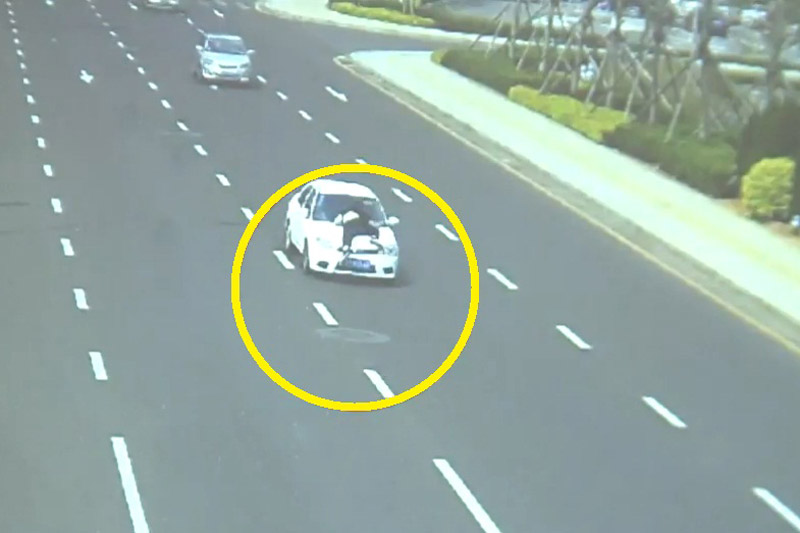 Xe sedan hất cảnh sát lên nóc capô.