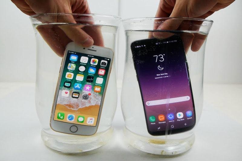 """iPhone 8 và Samsung Galaxy S8 đọ khả năng chống chịu nước muối. Sau bài test ngâm trong nước muối với thời gian khoảng 60 phút, cả iPhone 8 và Samsung Galaxy S8 đều """"sống khỏe"""", hoạt động bình thường. (CHI TIẾT)"""