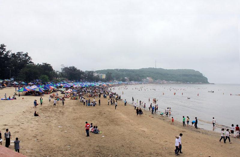 Bãi biển Đồ Sơn được chia thành ba khu. Một con đường trải nhựa phẳng lỳ chạy men theo bờ biển nối liền các khu một, hai và ba. Ảnh: LamLinh.