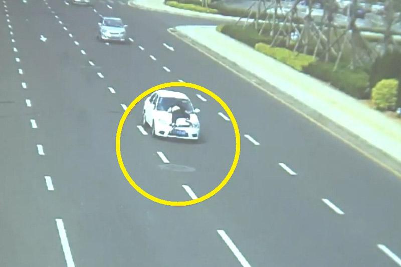 """""""Xe điên"""" hất cảnh sát lên nóc capô, chạy suốt 2 km. Khi bị cảnh sát chặn lại để kiểm tra, người tài xế không dừng lại mà còn ngang nhiên lái xe hất nhân viên cảnh sát lên nóc capô rồi chạy suốt quãng đường 2 km. (CHI TIẾT)"""