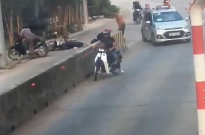 Taxi nhẫn tâm bỏ chạy sau khi gây tai nạn cho cặp vợ chồng.