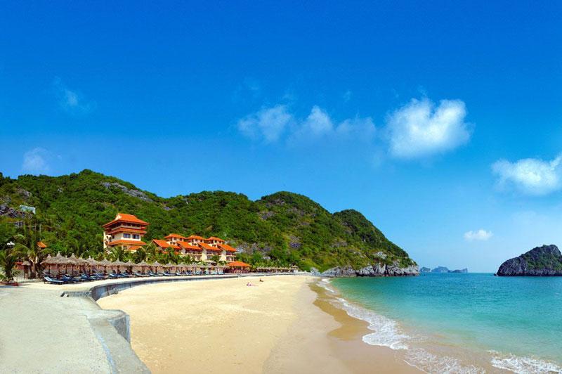 Khu một gần với khu dân cư ngay đầu quận Đồ Sơn. Tại đây các dịch vụ nhà hàng, khách sạn phục vụ đông đúc. Tuy nhiên, bãi biển tại đây không tắm được do sóng lớn và địa hình có nhiều bãi đá, hàu sắc nhọn. Ảnh: Thptdoson.