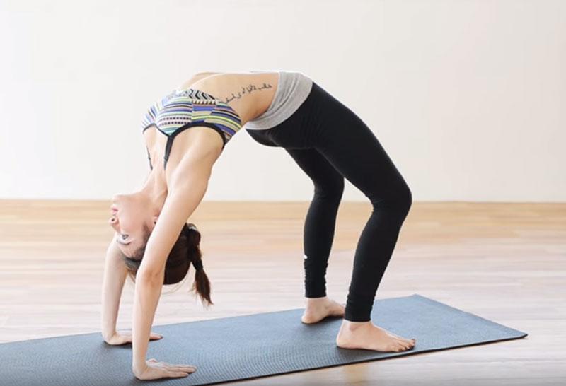 """10 tư thế yoga đơn giản giúp bạn gái có được """"vòng eo con kiến"""". Tập yoga từ lâu đã được chứng minh là đem lại nhiều lợi ích tuyệt vời cho sức khỏe lẫn tinh thần của người tập. Nó giúp mang lại sự dai của cơ thể, nâng cao trí tuệ và giúp vóc dáng hoàn hảo hơn. (CHI TIẾT)"""