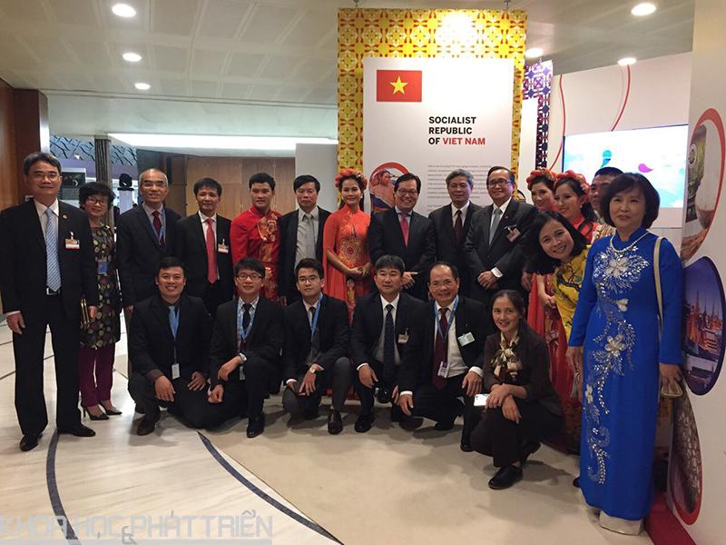 Đoàn Việt Nam chụp ảnh lưu niệm cùng với các nghệ sỹ Việt Nam biểu diễn tại Lễ kỷ niệm 50 năm ASEAN tại WIPO