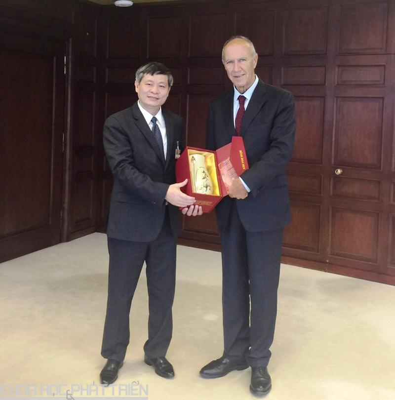 Trưởng đoàn Việt Nam, Thứ trưởng Bộ KH&CN Phạm Công Tạc tặng quà lưu niệm Tổng Giám đốc WIPO nhân dịp gặp mặt và chào xã giao
