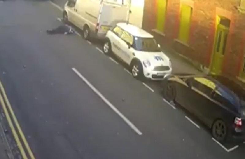 Fiat 500 húc người qua đường văng lên trời. Người đàn ông đang qua đường thì Fiat 500 lao tới và húc văng lên trời trước khi rơi xuống đường nằm bất động. (CHI TIẾT)