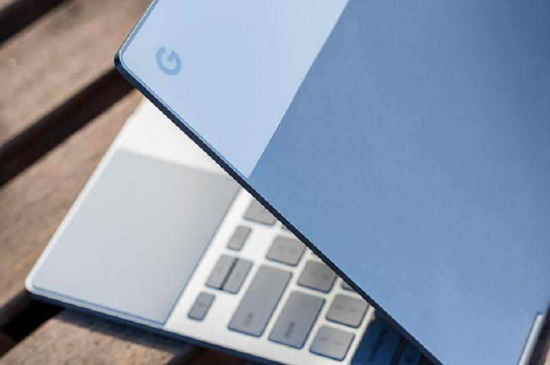 Bàn phím được làm với các nút bấm to, trackpad dài. Ảnh: Theverge.