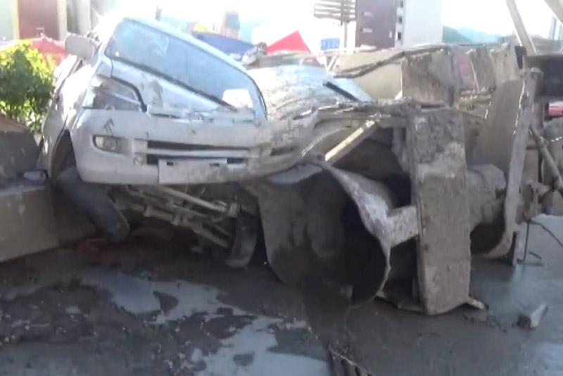 Xe trộn bê tông bị lật khiến 2 người chết, 4 người bị thương. Do bị lật trong lúc đang cố gắng rẽ phải nên chiếc xe trộn bê tông đã gây ra tai nạn kinh hoàng khiến 2 người tử vọng và 4 người bị thương. (CHI TIẾT)