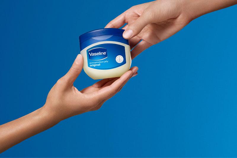 5 mẹo hay từ vaseline không nên bỏ qua. Kem dưỡng vaseline không chỉ được dùng để giữ ẩm da, mà còn có tác dụng làm nước hoa bền mùi, làm mềm và mới đồ da, giúp mở nắp lọ sơn móng tay dễ hơn, giúp khóa quần dễ kéo hơn… (CHI TIẾT)
