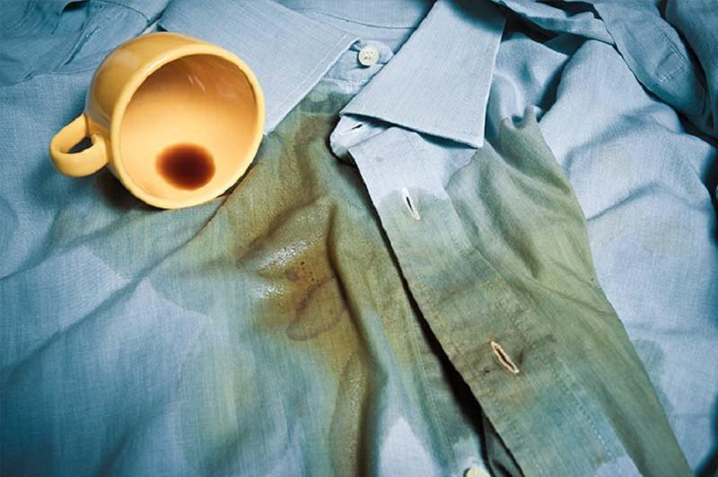 Vết cà phê trên áo.