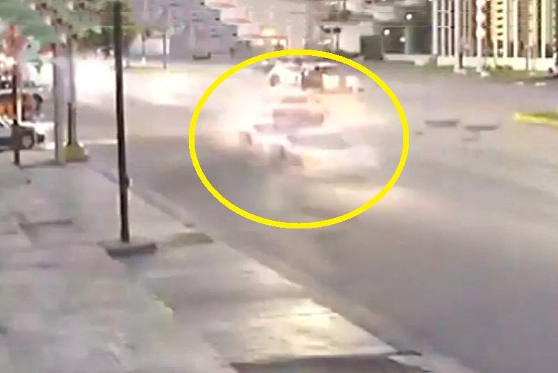 Tông vào siêu xe Lamborghini, taxi vỡ nát phần đầu. Do tài xế rẽ trái thiếu quan sát nên chiếc taxi đã tông vào hông siêu xe Lamborghini và hư hỏng nặng ở phần đầu. Rất may là không có ai bị thương nặng. (CHI TIẾT)