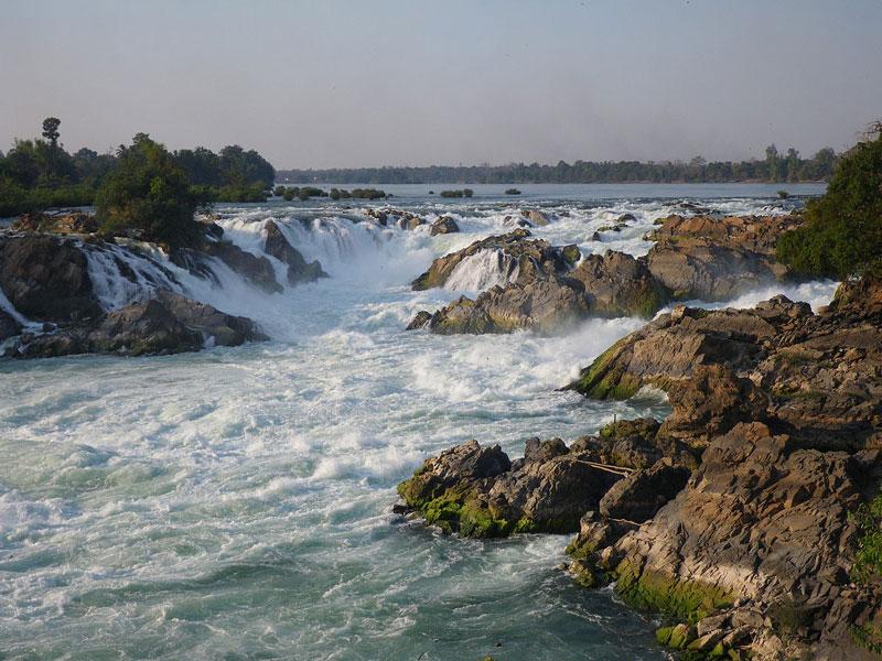 1. Khone. Là một thác nước trên sông Mê Kông, nằm trong tỉnh Champasak của Lào gần biên giới với Campuchia. Thác Khone là nguyên nhân chính giải thích tại sao sông Mê Kông là không thích hợp cho tàu thuyền qua lại thông một mạch từ khu vực ven biển thuộc Việt Nam vào sâu tới tận Trung Quốc. Tổng độ cao của thác nước này là 21m, bao gồm nhiều thác ghềnh nhỏ kéo dài trên 10 km theo chiều dài sông. Lưu lượng trung bình của thác là gần 11.000 m3/s, tối đa lên tới trên 49.000 m3/s.