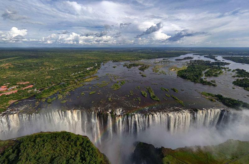 3. Victoria. Đây là thác nước tại miền Nam châu Phi trên sông Zambezi, tại biên giới Zambia và Zimbabwe. CNN đã mô tả thác nước này như một trong 7 kỳ quan thiên nhiên thế giới.