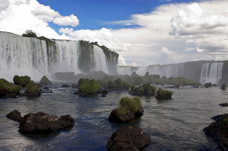 4. Inga. Là thác nước cự ly 40 km so với Matadi ở Cộng hòa Dân chủ Congo, nơi sông Congo rơi ở độ cao 96m xuống dòng 15 km. Thác Inga tạo thành một phần chủ nhóm thác lớn hơn - thác Livingstone và tọa lạc gần hơn đối với phần hạ lưu của các thác này. Các thác nước đã tạo thành một khúc cong đột ngột của sông Congo nơi chiều rộng của sông dao động từ hơn 4 km đến chỉ 260m.