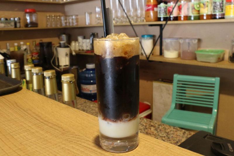 Công thức pha chế cà phê sữa đá 3 tầng ngon hơn hàng quán. Cà phê sữa đá 3 tầng vừa thơm ngon lại bắt mắt nên rất được ưa thích. Bạn hãy tranh thủ chút thời gian thử trổ tài pha chế ly cà phê cực kỳ hấp dẫn này nhé! (CHI TIẾT)