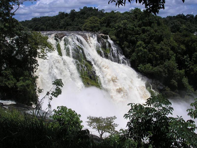 6. Para. Đây là một thác nước nằm ở Manapiare, Venezuela. Thác nằm ở dọc sông Caura, nó được chia làm 2 nhánh, ở giữa là một đảo nhỏ. Mùa Xuân và mùa Hè là thời điểm thích hợp nhất để tham quan địa điểm này.