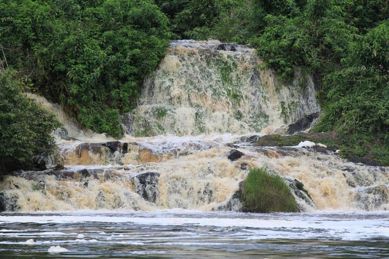 7. Kongou. Thác nước nằm tại vườn Quốc gia Ivindo thuộc miền Đông Gabon. Nó được coi là thác nước đẹp nhất ở Trung Phi. Kongou là một trong những thác nước có tốc độ chảy nhanh nhất thế giới (lưu lượng trung bình 900m3/s).