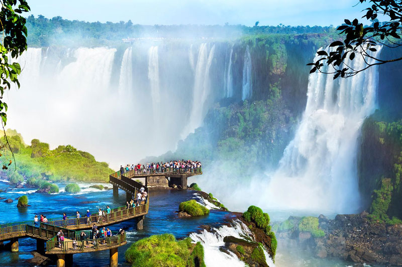 8. Iguazu. Là thác nước nằm trên sông Iguazu, biên giới của bang Parana (Brazil) và tỉnh Misiones (Argentina). Thác Iguazu có độ cao thay đổi từ 60 - 82m. Số lượng những thác nước nhỏ dao động từ 150 - 300, tùy thuộc vào lượng nước.