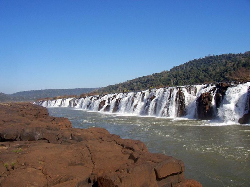 9. Mocona. Thác nước lớn nằm ở Nam Mỹ (Argentina, Uruguay, Brazil). Thác cao khoảng 10m và có chiều rộng rộng 3 km nơi sông Uruguay vượt biên giới từ Brazil sang Argentina. Đây là thác nước độc nhất vô nhị trong hành tinh vì nó hình cong hình thành từ lớp bazan và đi ngang qua dòng nước, nhưng nếu theo chiều dọc thì những du khách đứng đối diện với thác nhìn ở góc nhìn 180 độ.