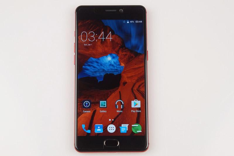 P8 được trang bị màn hình IPS 5,5 inch, độ phân giải Full HD (1.920x1.080 pixel), mật độ điểm ảnh 401 ppi.