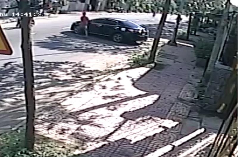 Ôtô quay đầu bất cẩn gây tai nạn cho xe máy. Chiếc ôtô đang đỗ bên đường thì bất ngờ quay đầu và gây tai nạn cho người đi xe máy. (CHI TIẾT)