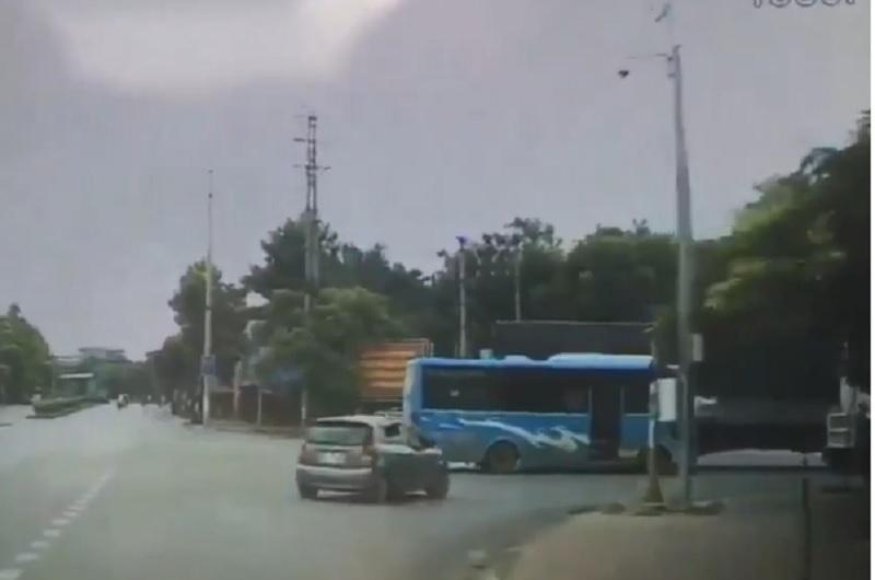Xe tải kéo lê xe khách ở ngã tư Việt Trì, Phú Thọ. Chiếc xe khách đi đến giao lộ thì bất ngờ bị chiếc xe tải từ bên trái lao tới, đâm phải. Hậu quả là xe khách bị kéo lê chệch qua hướng phải. (CHI TIẾT)