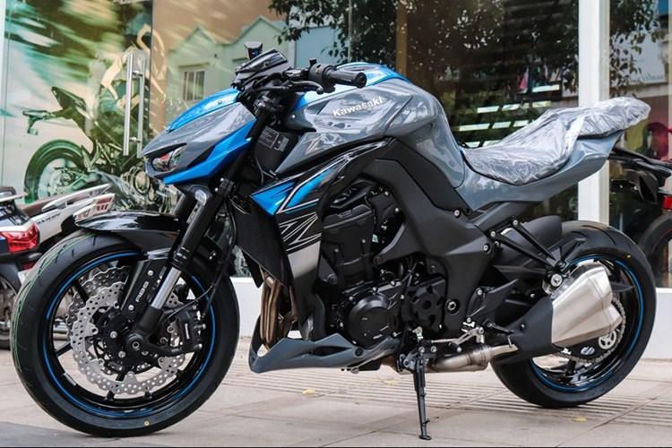 Kawasaki Z1000 2018 tại Việt Nam giá gần 400 triệu đồng. Kawasaki Z1000 2018 với 2 hai phiên bản tiêu chuẩn và R Edition. Thêm tùy chọn màu sắc mới là màu xám - xanh dương và xanh lá - đen. (CHI TIẾT)