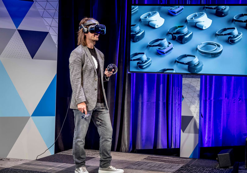 Màn trình diễn của ông Alex Kipman, chuyên gia Microsoft tại sự kiện 3/10/2017.