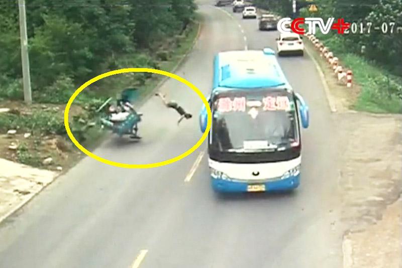 Xe khách tông xe 3 bánh khiến 1 người chết, 1 người bị thương. Do không chịu quan sát khi rẽ trái nên chiếc xe 3 bánh đã bị xe khách tông trúng. Vụ tai nạn này khiến 1 người chết và 1 người bị thương. (CHI TIẾT)