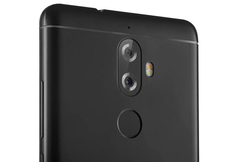 Điểm nhấn đáng chú ý nhất của Lenovo K8 Plus là máy được trang bị camera kép ở mặt lưng với độ phân giải 13 MP, khẩu độ f/2.0 (cảm biến chính) và 5 MP (cảm biến phụ để chụp ảnh góc rộng). Bộ đôi máy ảnh này được trang bị đèn flash LED kép, hỗ trợ lấy nét theo pha, chụp ảnh xoá phông quay video Full HD.
