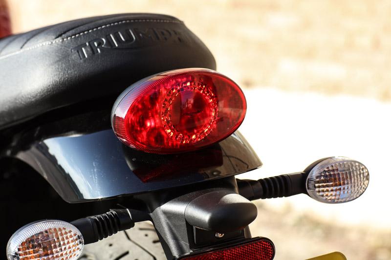 Đèn hậu sử dụng bóng LED, xi nhan sau được thiết kế rời.