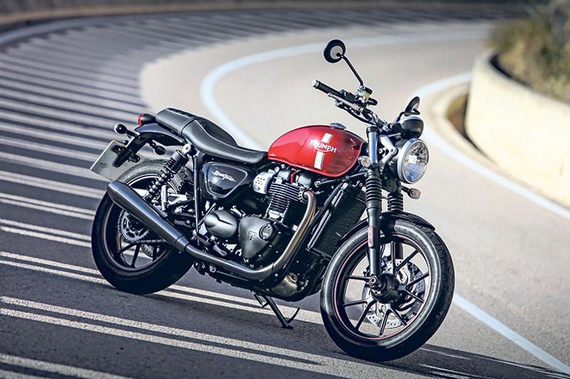 """""""Trái tim"""" của Triumph Street Twin là động cơ 2 xi lanh với dung tích 900cc, làm mát bằng dung dịch. Động cơ này sản sinh công suất tối đa 52,2 mã lực, mô-men xoắn cực đại 57 Nm. Hộp số 5 cấp."""