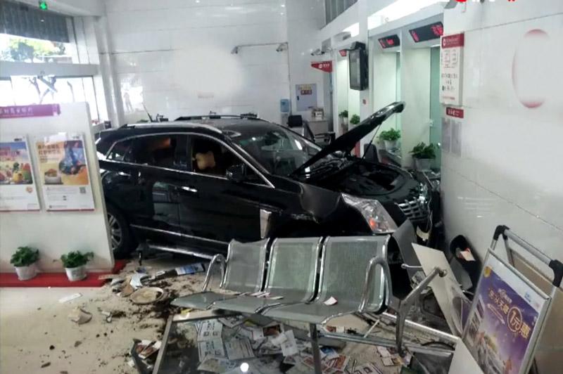 Tài xế đạp nhầm chân ga, xe hơi lao vào ngân hàng. Do tài xế đạp nhầm chân ga thay vì đạp phanh nên chiếc SUV ở tỉnh Trùng Khánh, Trung Quốc đã lao thẳng vào ngân hàng. Rất may là vụ tai nạn này không gây ra hậu quả nghiêm trọng. (CHI TIẾT)