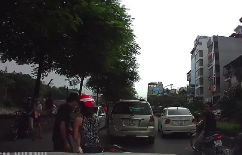Chạy xe máy lấn làn, người mẹ suýt ân hận cả đời. Người mẹ chở con mình trên xe máy, chạy lấn làn và va chạm với ôtô đi ngược chiều. Cú va chạm khiến 2 mẹ con ngã nhào xuống đường. (CHI TIẾT)