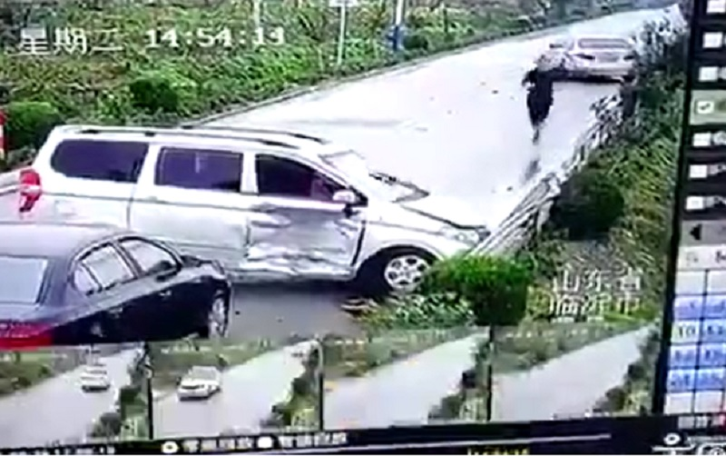Chiếc van mất lái, gây tai nạn liên hoàn. Vì trời mưa, đường trơn trượt nên khi xuống dốc, chiếc van bị mất lái đâm va chạm với ôtô chạy ngược chiều, gây nên vụ tai nạn liên hoàn. (CHI TIẾT)