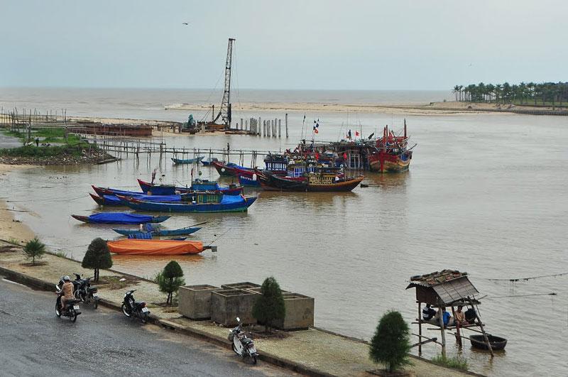Sông Nhật Lệ chảy qua địa phận tỉnh Quảng Bình, bắt nguồn từ núi U Bò, Co Roi (Trường Sơn) chảy ra Biển Đông tại cửa Nhật Lệ. Ảnh: Hongky.